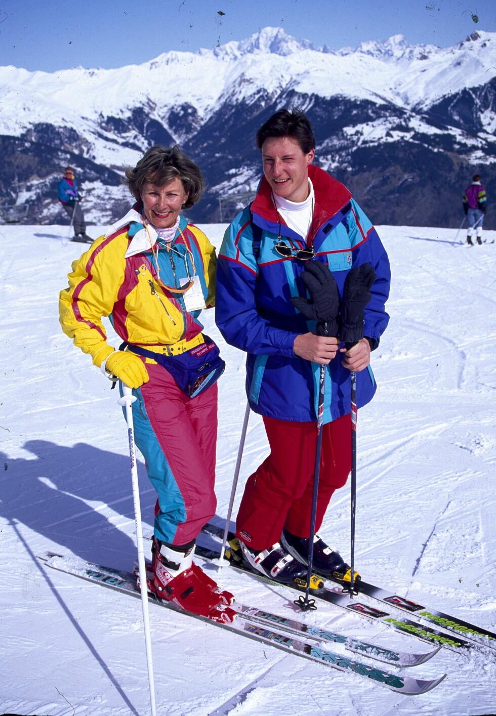 <strong>FARGERIKE:</strong> En ung Haakon sammen med mamma Sonja i franske Courchevel i 1992. Foto: Se og Hør