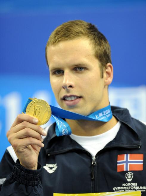 VERDENSMESTER: Alexander Dale Oen er fortsatt Norges største svømmestjerne. Her på medaljeutdelingen under VM i Shanghai sommeren 2011, få dager etter 22. juli-terroren.  Foto: Stella Pictures
