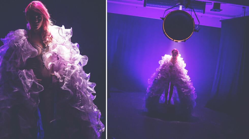 SNIKTITT: Alexandra Joner gir Seoghør.no et eksklusivt innblikk fra innspillingen av «Cinderella»-videoen, der 24-åringen blant annet er iført en dristig body og en overdådig kåpe. Foto: Olav Stubberud