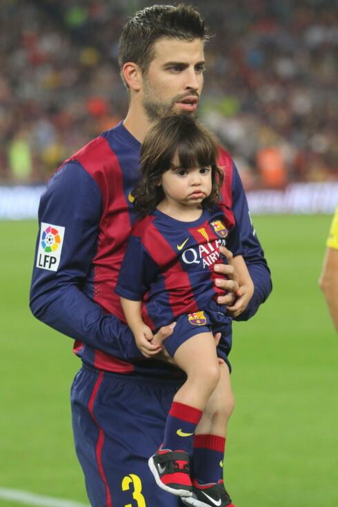 FOTBALLFAN: Gerard Piqué og eldstesønnen Milan i oktober 2014, da FC Barcelona spilte mot Eibar på Camp Nou i Barcelona. Tilsynelatende følger lille Sasha i samme «fotspor». Foto: Stella Pictures