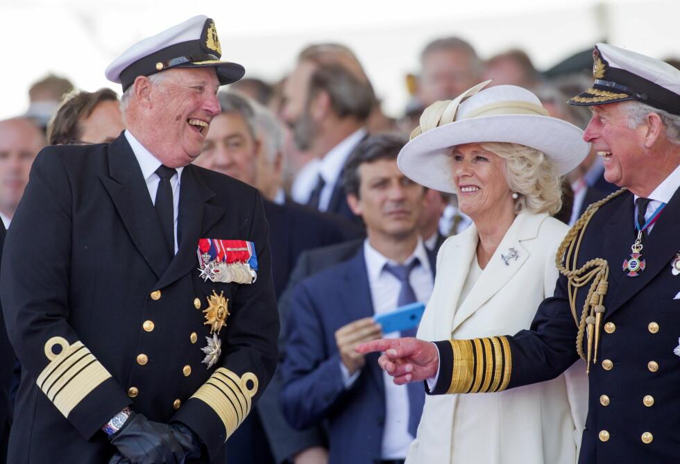 GODT EKTESKAP: Boken beskriver blant annet ekteskapet mellom Charles og hans Camilla, og hvordan hun lar ham stå i sentrum når de er ute på jobb. Her i munter passiar med kong Harald. Foto: All Over Press