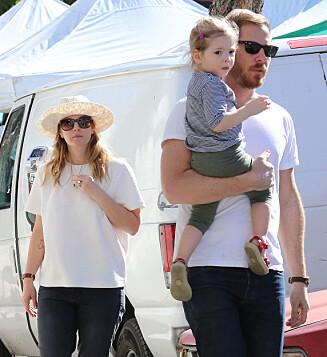 <strong>ELSKER FAMILIEN:</strong> Drew og ektemannen på shopping i Hollywood med sin eldste datter Olive. Foto: All Over Press