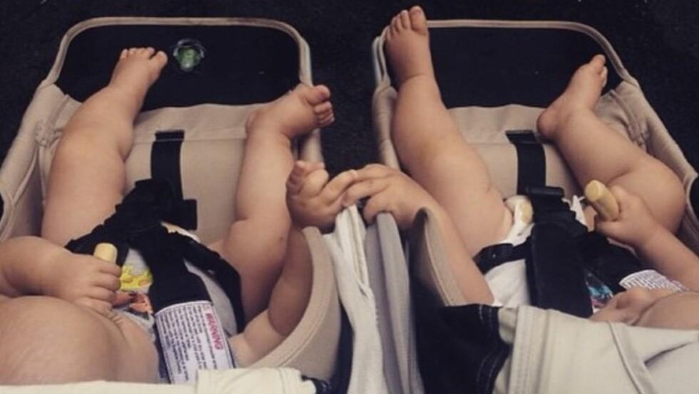 SØTE: Chris Hemsworth og kona Elsa Pataky postet dette bildet av sine to små hjerteknusere på Instagram.  Foto: Instagram