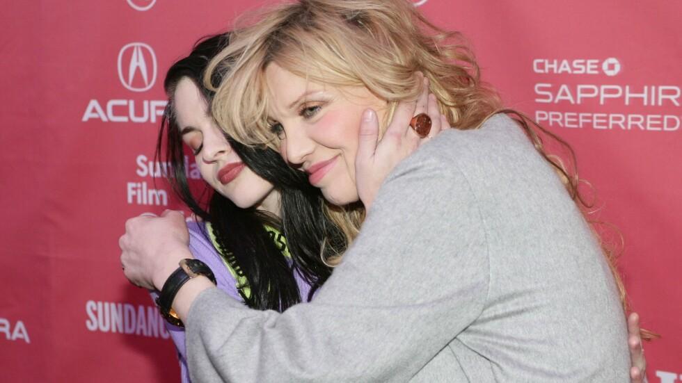 GOD KLEM: I helgen ble Courtney Love og datteren Frances Bean Cobain (t.v) gjenforent etter over fem år som uvenner. Anledningen var premieren på dokumentaren «Kurt Cobain: Montage of Heck» under Sundance filmfestival i Park City, Utah. Foto: All Over Press