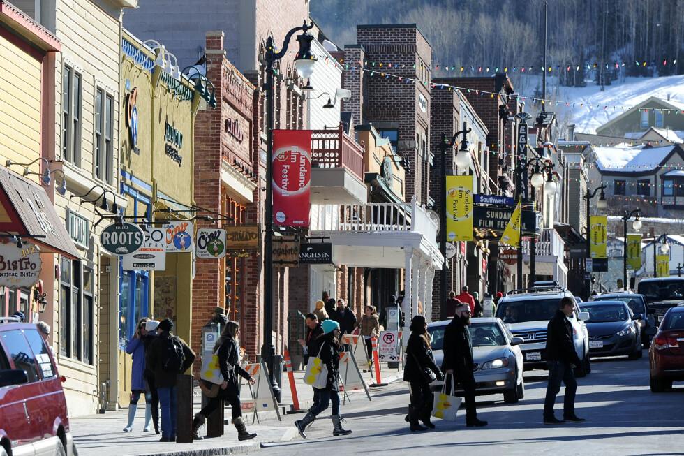 FESTSTEMNING: Småbyen Park City pyntet med flagg og fargede lys i anledning årets Sundance Film Festival 2015. Filmfestivalen åpnet torsdag 22. januar.  Foto: Splash News/ All Over Press