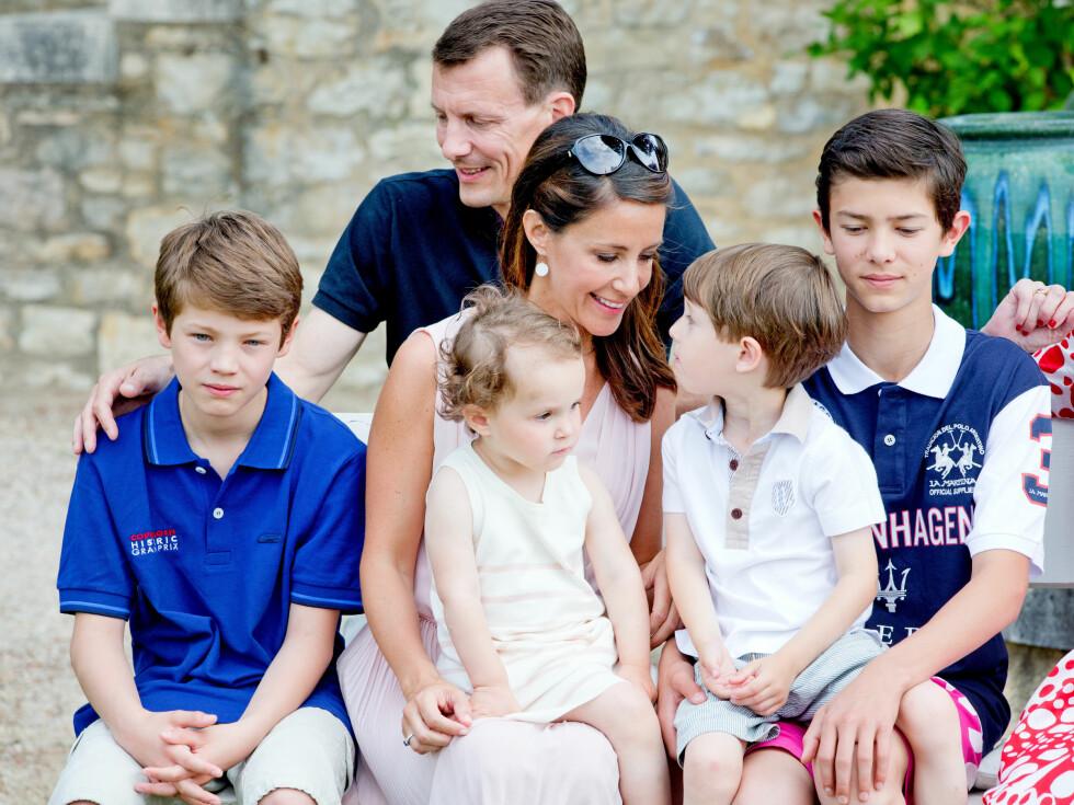 ENESTE JENTA: Prins Joachim har fire sønner og én datter. Her med hele familien samlet under prins Henriks 80-årsdag i Frankrike i fjor sommer. Foto: Stella Pictures