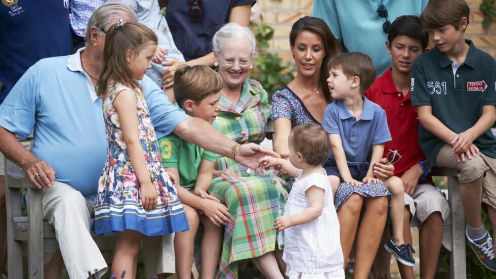 NATURLIG MIDTPUNKT: Den lille prinsessen sjarmerte alle i familien under en fotoshoot på Grasten slott i Danmark sommeren 2013. Denne helgen fylte hun tre år. Foto: FameFlynet Sweden