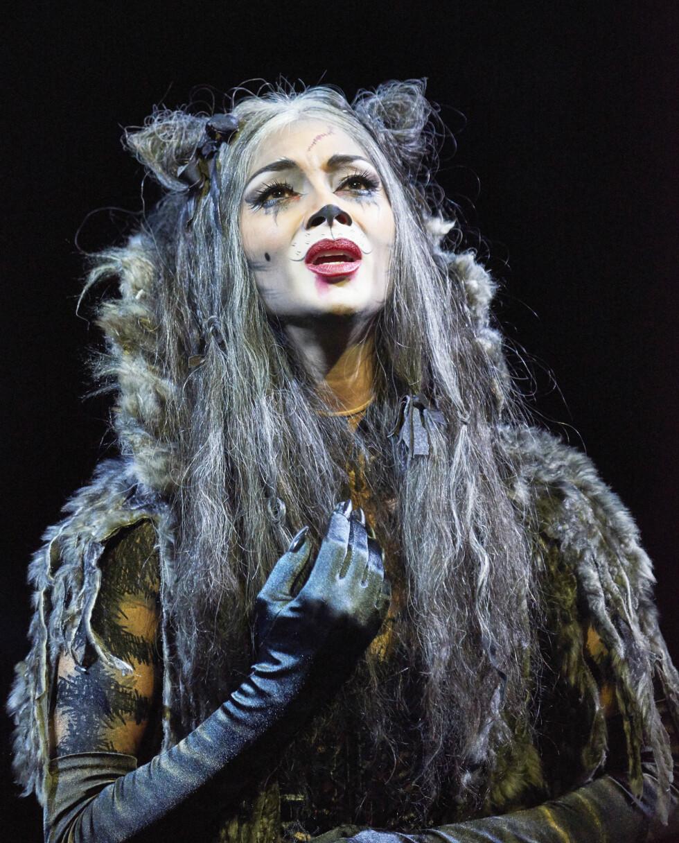<strong>SKJERPET:</strong> Nicole Scherzinger har fått kritikerros for rolleprestasjonen sin som Grizabella i «Cats». Her på scenen i London Palladium i desember 2014. Foto: REX/All Over Press