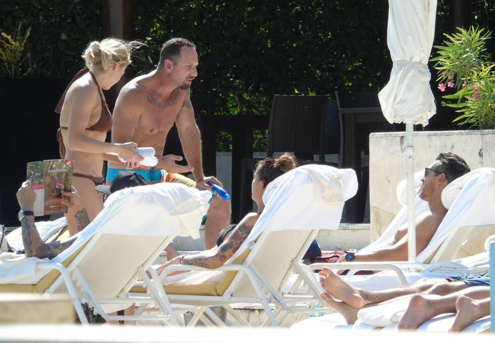 SLAPPET AV: LeAnn og ektemannen Eddie (ytterst t.h) slikket sol og leste ved bassenget i Cabo, Mexico onsdag denne uken. Formodentlig ladet de opp til nyttårsfeiringen sammen med vennene sine. Foto: Stella Pictures