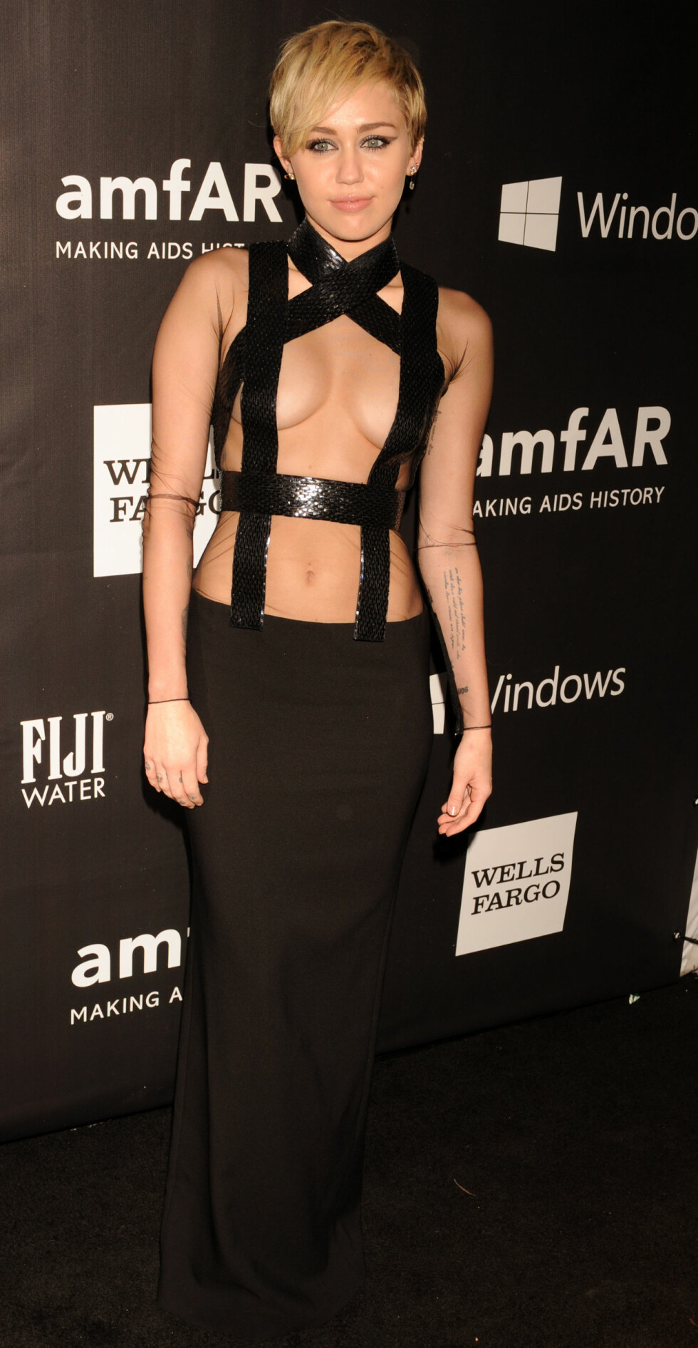 «TOPPLØS» TIL 2: Miley Cyrus viste det meste på amfAR-gallaen i Hollywood i slutten av oktober. Foto: Stella Pictures