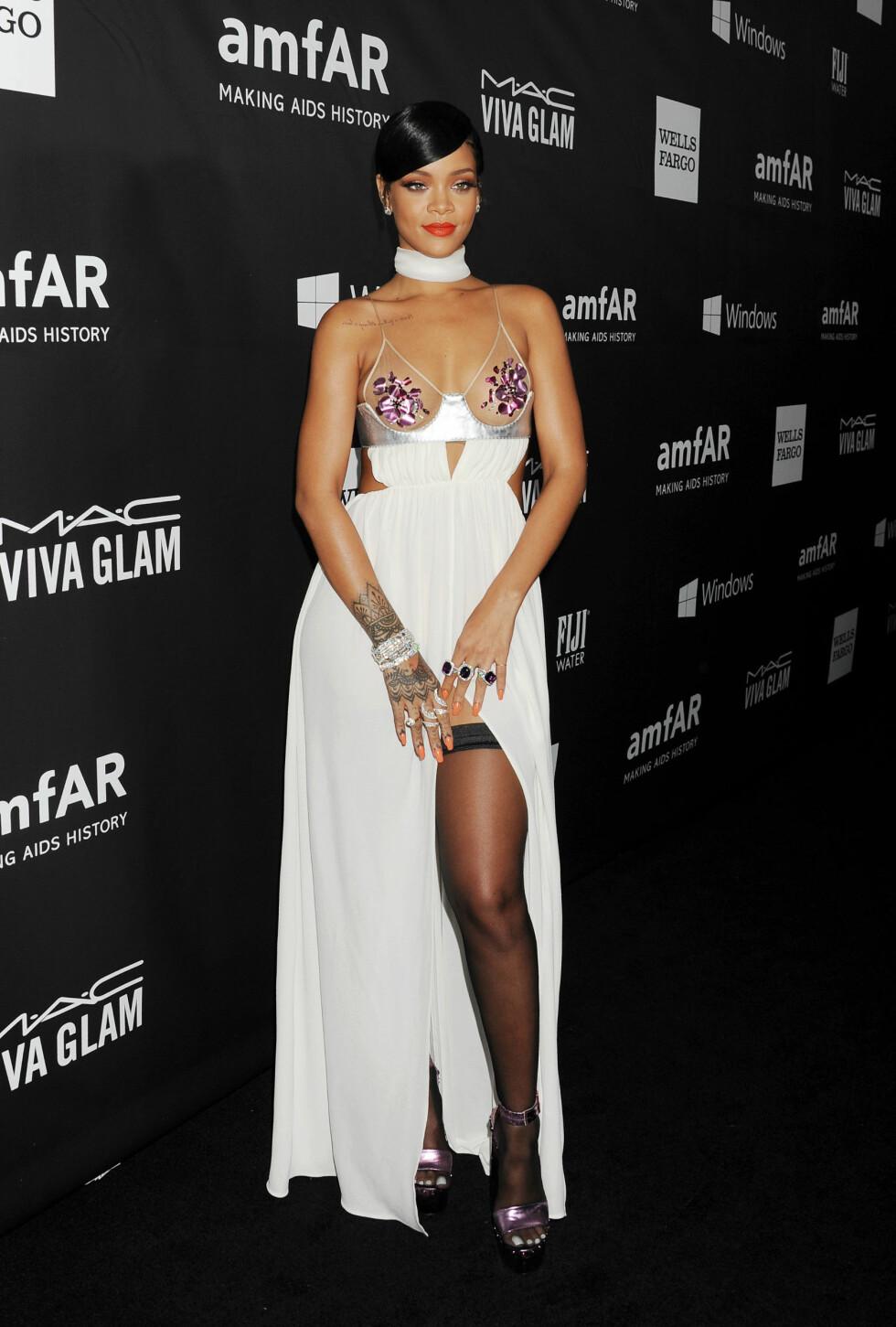 VÅGAL: Rihanna var også svært lettkledd på amfAR-gallaen. Hun viste både lår, midje og brystparti i denne Tom Ford-kreasjonen - som sikret henne terningkast to. Foto: Stella Pictures