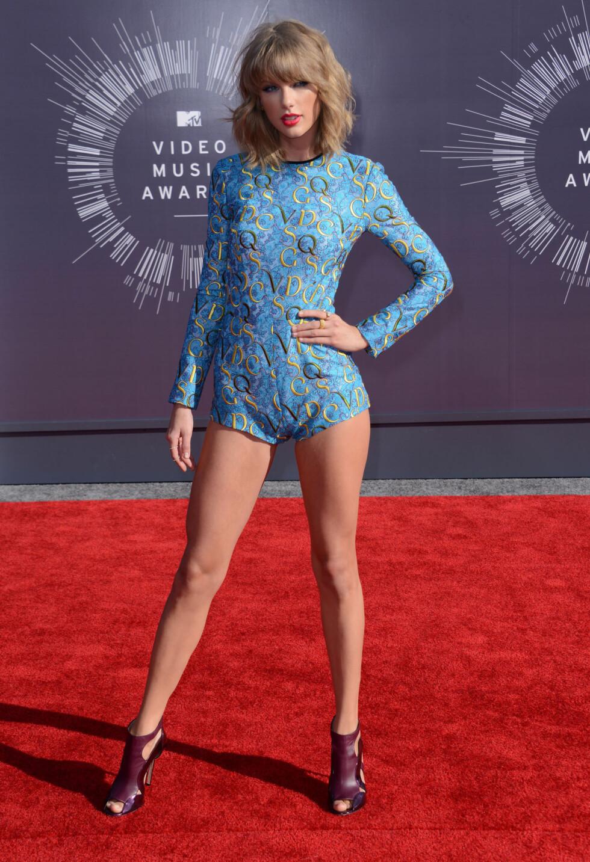 UHELDIG: Taylor Swift treffer vanligvis relativt godt klesmessig på den røde løperen, men på MTV Video Music Awards i slutten av august bommet hun helt med denne playsuiten fra Mary Katrantzou. Men den dårlige passformen fikk hun terningksat to. Foto: Stella Pictures