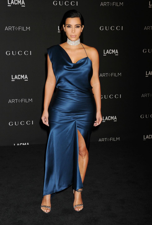 SKIVEBOM: Kim Kardashians silkekjole på LACMA Art + Film Gala i L.A. 1 november, så litt for liten ut. Et uheldig kjolesnitt og en diamatchoker som forkortet halsen hennes, bidro nok til at leserne gav henne terningkast to denne kvelden.  Foto: Stella Pictures