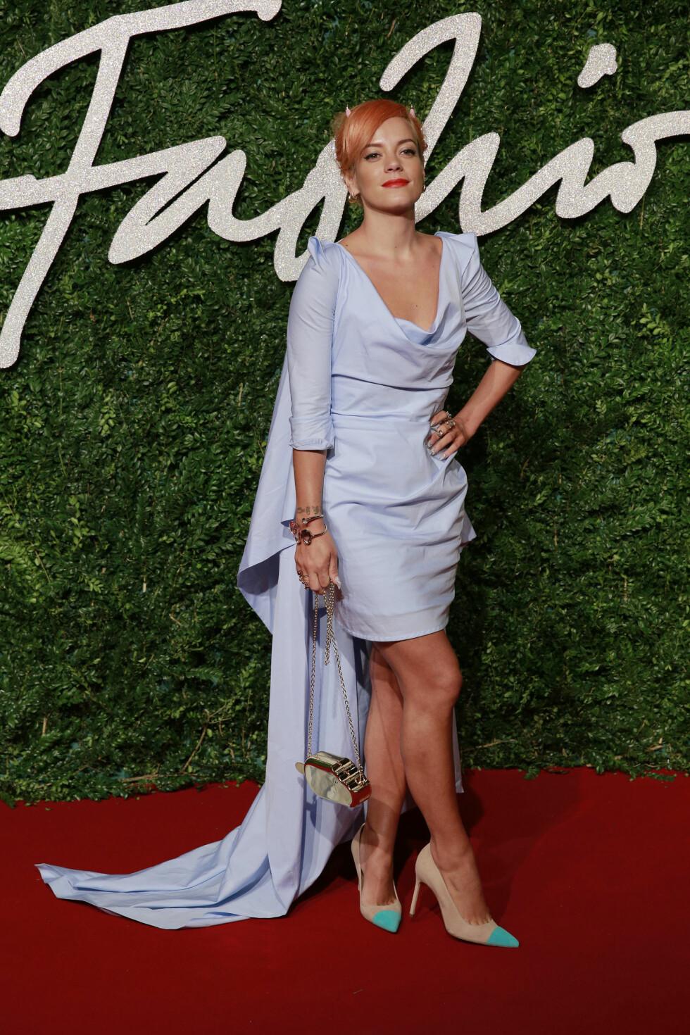 FOR MYE: Popartist Lily Allen fikk en toer på terningen for antrekket sitt under British Fashion Awards. Den litt for store kjolen, mini-djevelhornene og pumpsene som kræsjet med de øvrige pastellfargene, gjorde antrekket masete og for lite gjennomført.  Foto: Stella Pictures