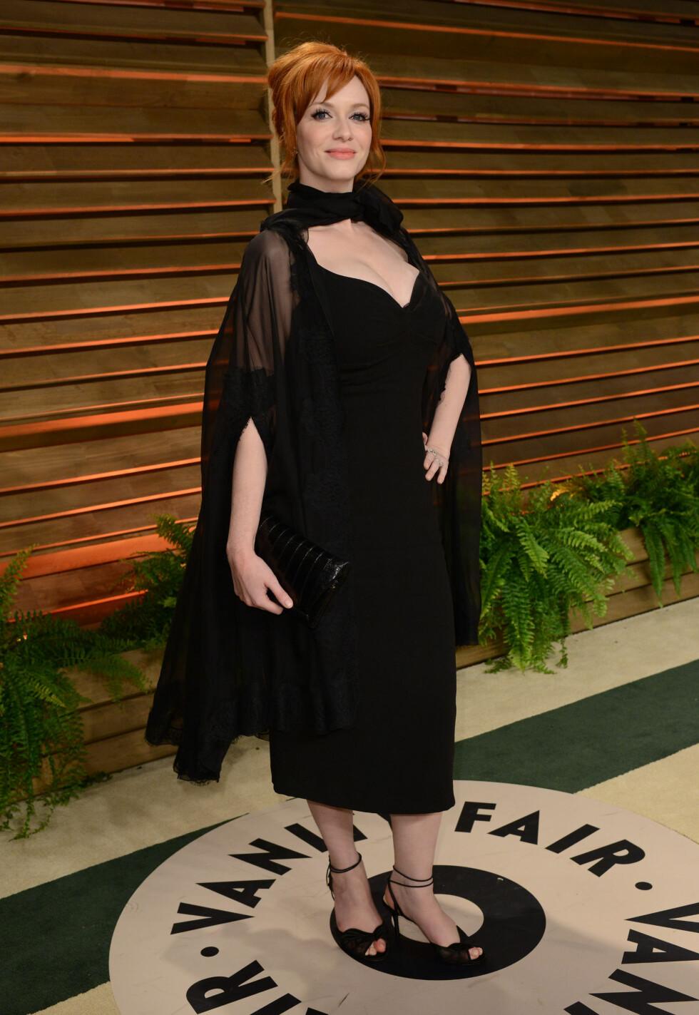 TEKKELIG: «Mad Men»-skjønnheten Christina Hendricks var kanskje hakket for tildekket på Vanity Fairs Oscar-fest i starten av mai. Den originale, sorte capen gjorde antrekket uformelig, og hun fikk terningkast én av Seoghør.nos lesere.  Foto: FameFlynet