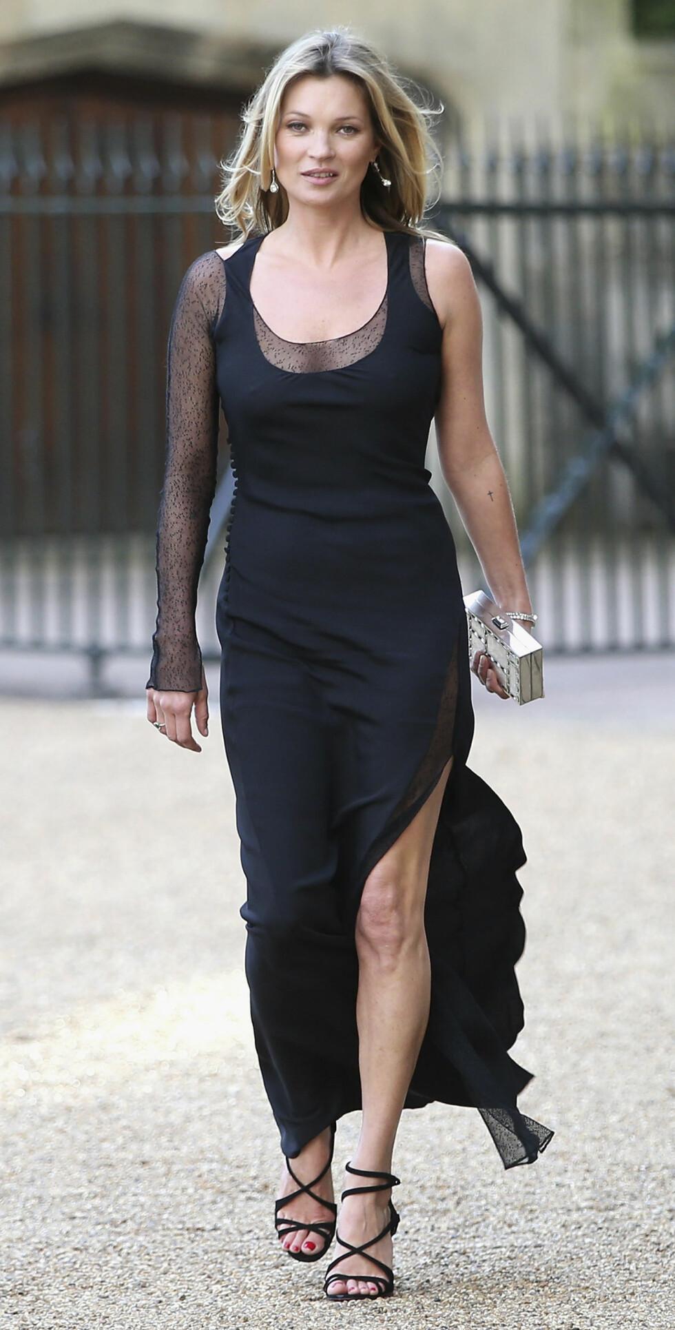 UVANLIG: Supermodell Kate Moss klarte ikke å vekke lesernes begeistring med denne gallakjolen på Windsor Castle i midten av mai. Hun fikk terningkast to for antrekket sitt. Foto: Stella Pictures