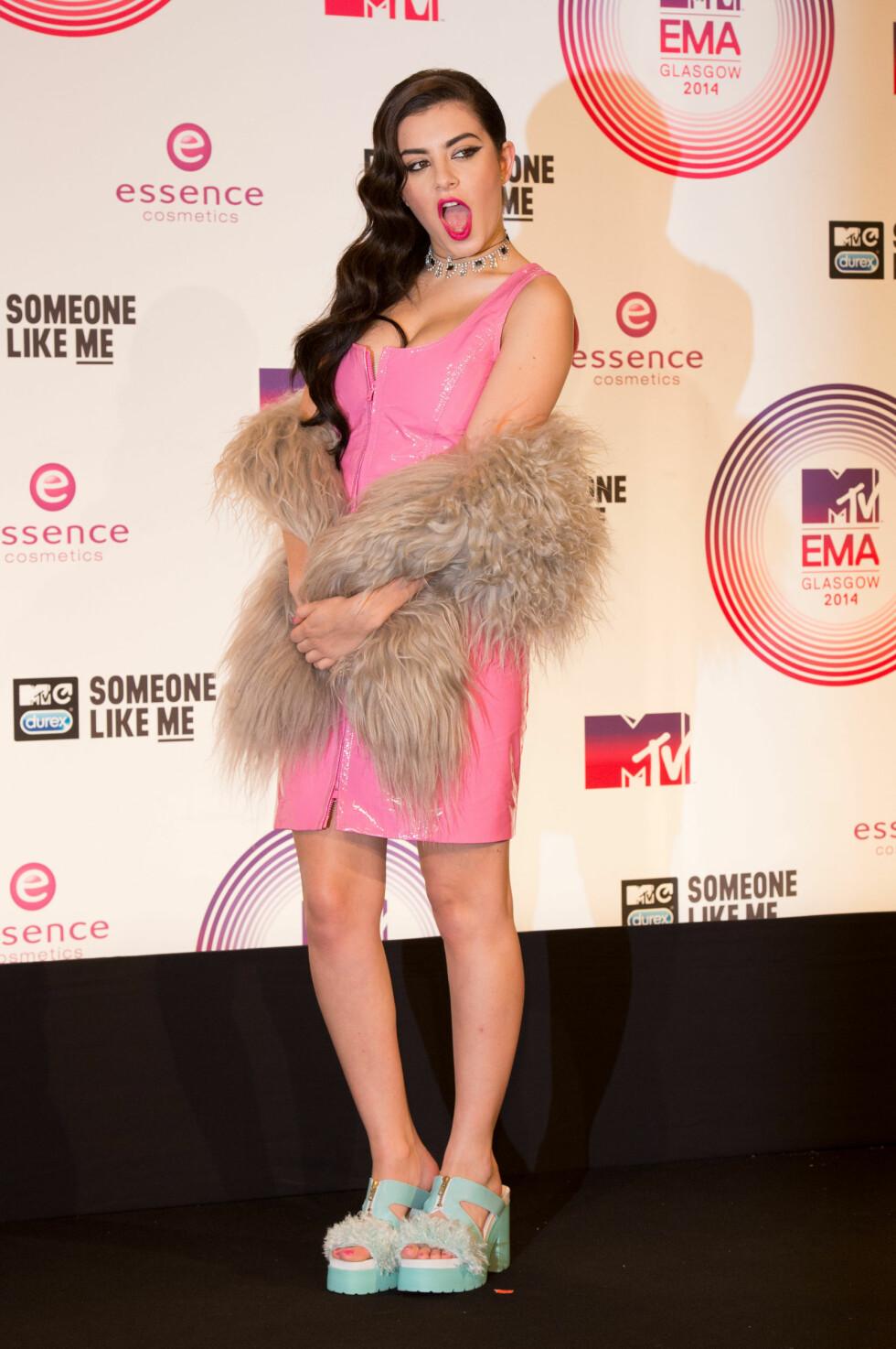 OGSÅ ENER: Artisten Charli XCX var iført lakk og fuskepels på MTV Europe Music Awards i Glasgow i starten av november. Det ble terningkast én på henne også. Foto: Stella Pictures