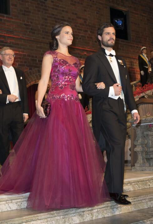 VISTE FREM KJÆRESTEN: Sofia Hellqvist strålte ved prins Carl Philips side, da de to ankom årets Nobel-bankett i Stockholm. Foto: Stella Pictures