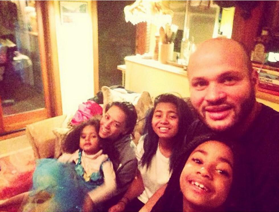 FRYD OG GAMMEN: Annen juledag delte Mel B dette bildet av familien sin på Instagram - et tegn på at de alle trolig feiret julen sammen. Foto: Stella Pictures