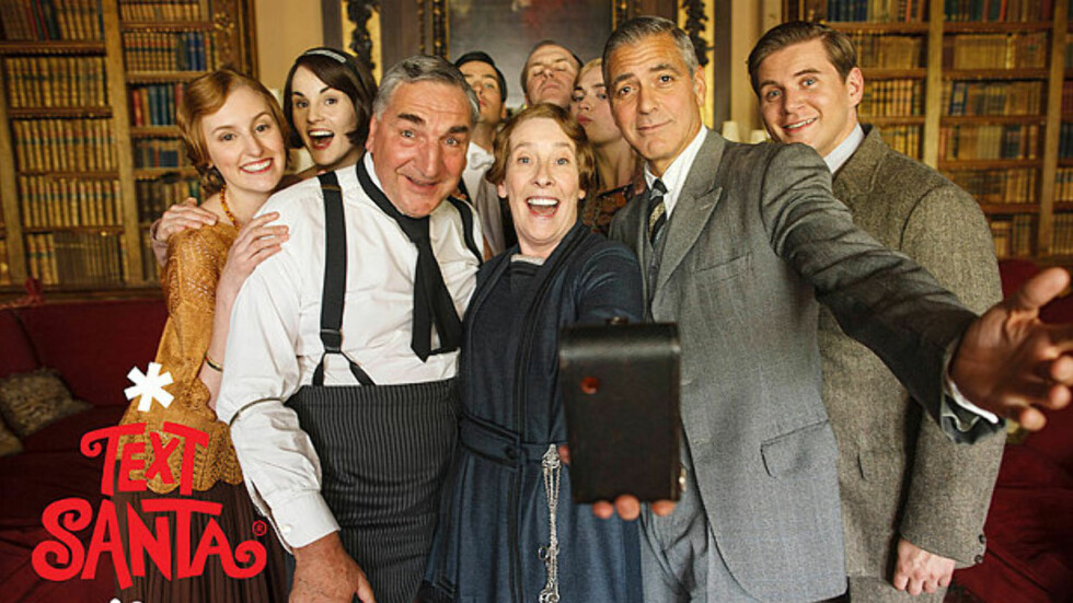 SELFIE PÅ DOWNTON: George Clooney fikk med seg Downton Abbey-stjernene på et gruppebilde, da han spilte i en gjesterolle i den populære serien. Foto: ITV/Nick Briggs