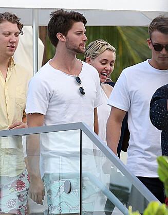 SOM ERTERIS: De siste ukene har Miley Cyrus og Patrick Schwarzenegger (t.v) blitt sett sammen flere ganger. Her med venner på Art Basel i Miami nylig. Foto: Stella Pictures