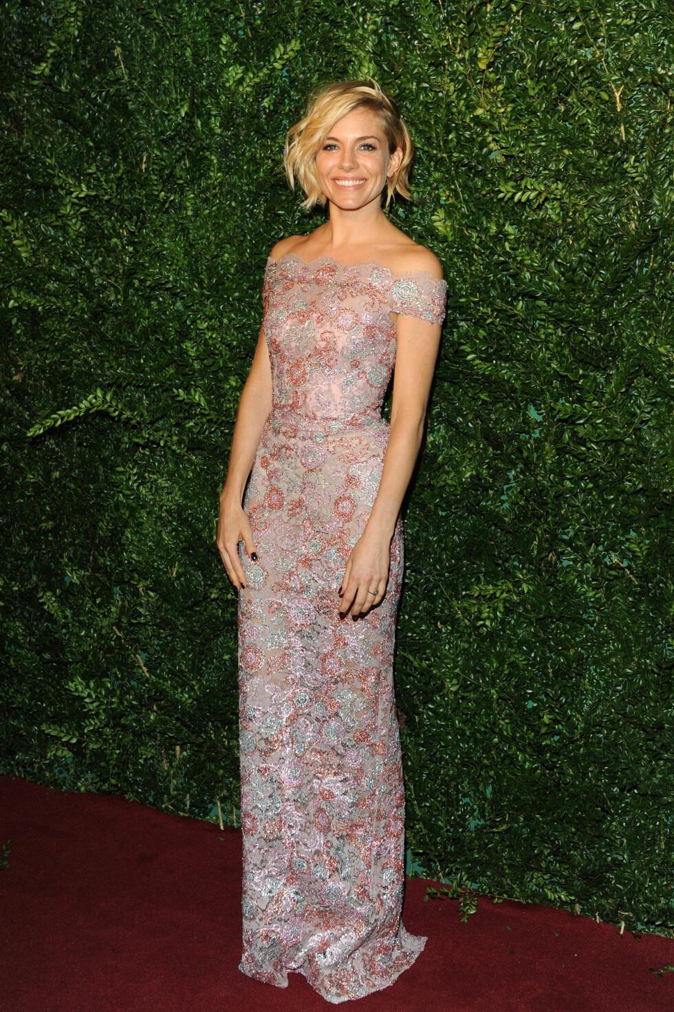 BLOMSTRET: Sienna Miller hadde valgt en fargerik kjole fra klesmerket Burberry. Foto: Stella Pictures
