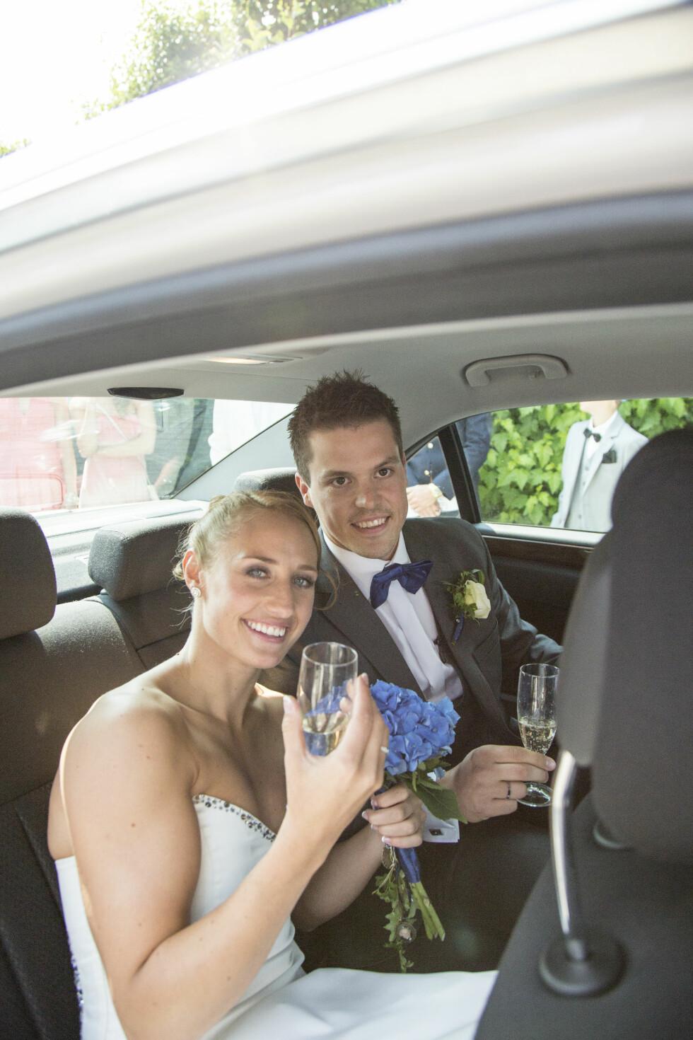 GODT GIFT: Håndballparet Camilla Herrem og Steffen Stegavik giftet seg i Sola kirke i starten av juli 2013. Her er de avbildet etter vielsen.  Foto: Stella Pictures