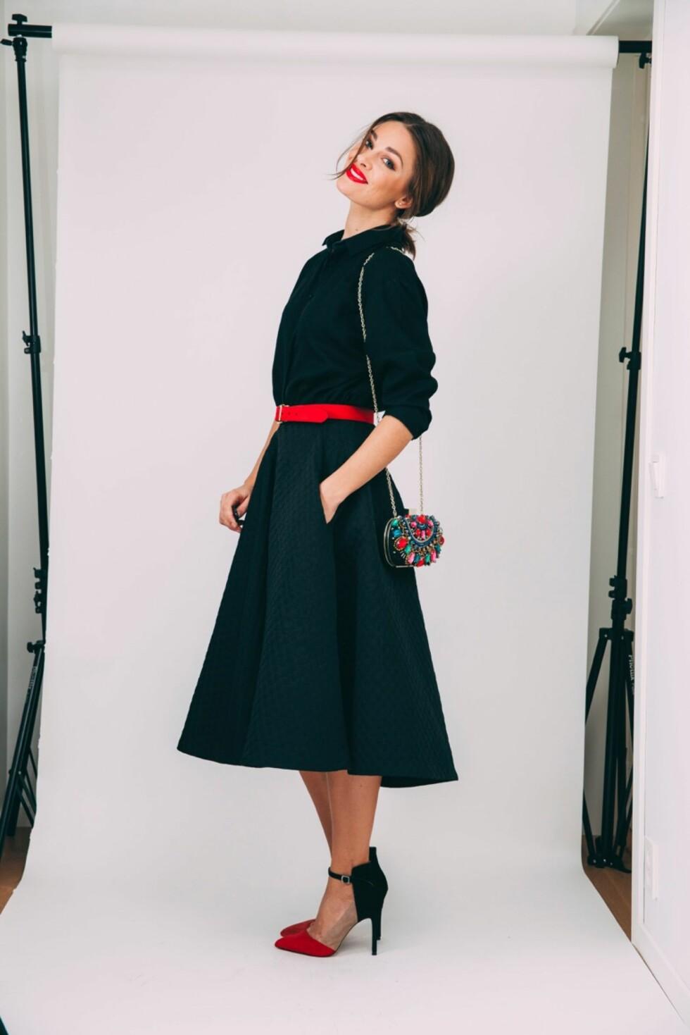 FEMININ: Her har Jenny Skavlan brukt kjolen som en skjorte. Hun valgte en feminin 50 talls-stil med røde lepper, rødt belte og røde detaljer på skoene. Foto: Jenny Skavlan
