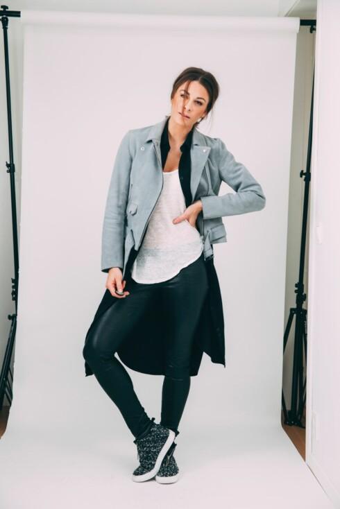 RØFF: Slik fikk kjolen et helt annet uttrykk. Med tights, joggesko og en tøff jakke, tydeliggjør hun hvor allsidig kjolen er.  Foto: Jenny Skavlan