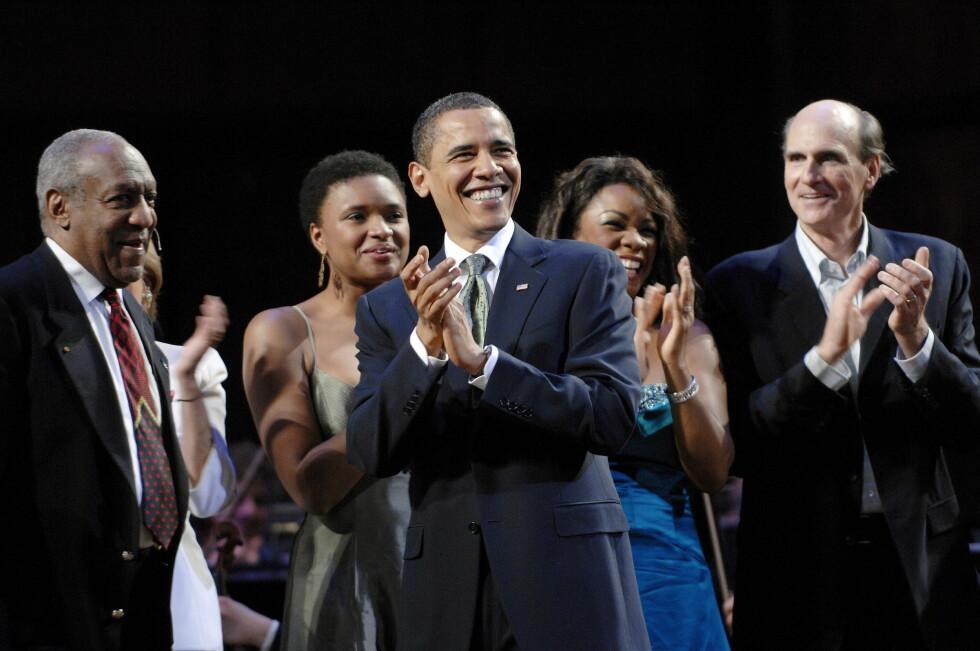 PROFILERT: Bill Cosby (t.v) sammen med USAs president Barack Obama og artist James Taylor på scenen som forsangere i bursdagssangen for senator Ted Kennedy på Kennedy Center i Washington våren 2009. Foto: Stella Pictures