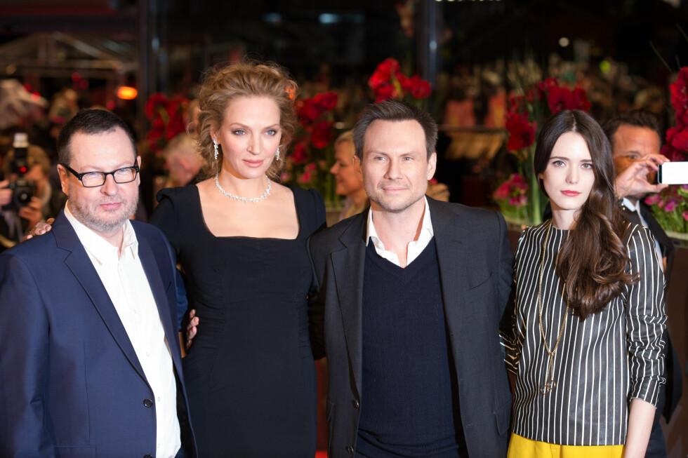 OMSVERMET: Lars von Trier (t.v) har fått med seg store stjerner på sine tidligere filmprosjekter. Her med Uma Thurman, Christian Slater og Stacy Martin på «Nymphomaniac»-premieren i Berlin i februar. Foto: Stella Pictures