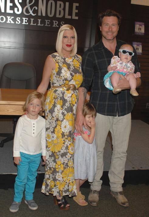 STOR FAMILIE: Tori og Dean har fire barn sammen. Her er de med tre av dem, Liam, Stella og Hattie. Foto: Stella Pictures
