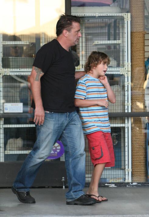 FAMILIEMANN: Daniel Baldwin har fem barn fra tidligere forhold. Her er han og sønnen Atticus sammen ved en dyrebutikk i Malibu på sensommeren i 2007. Foto: Stella Pictures