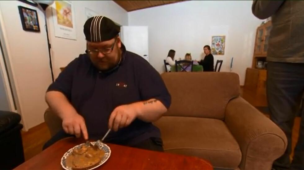 <strong>SPISER OFTE ALENE:</strong> Mattias har flere ganger valgt å spise alene, fordi han ikke vil at hans to døtre skal ta etter ham i matveien. Foto: TV3