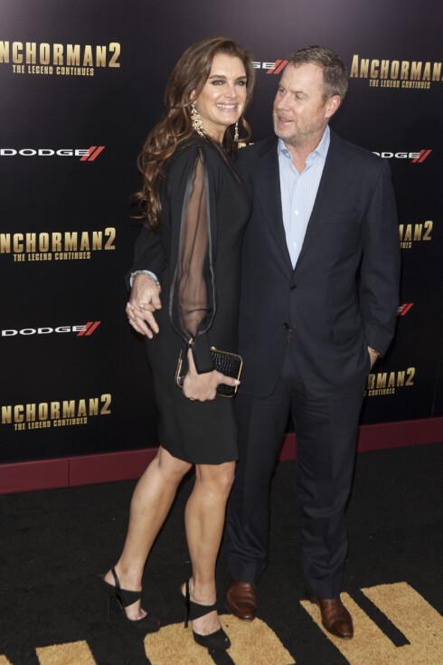 TRAFF MED NR. 2: Siden 2001 har Brooke Shields vært gift med Chris Henchy, som hun har to barn med. Her stråler ekteparet på «Anchorman 2: The Legend Continues»-premieren i New York før jul i 2013. Foto: Insight Media/All Over Press