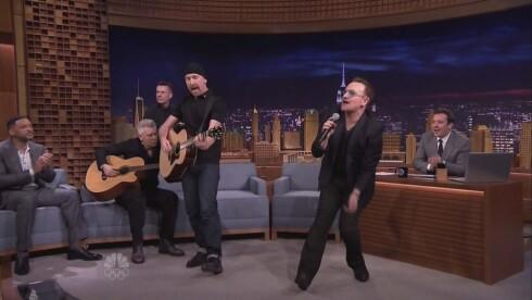 POPULÆRE: U2 har gjestet «The Tonight Show starring Jimmy Fallon» tidligere. Her opptrer bandet under Fallons første talkshow, vinteren 2014, med filmstjerne Will Smith (t.v) som tilskuer.  Foto: Stella Pictures