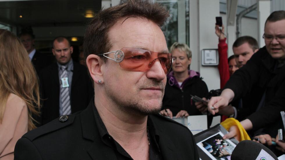 STYGT SKADET: U2-vokalist Bono skadet armen i en sykkelulykke i New York søndag, og må opereres for å bli friskmeldt. Dermed måtte bandet avlyse flere opptredener i siste liten. Her er han avbildet i Oslo i 2012. Foto: Stella Pictures