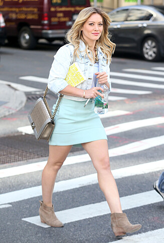 STRÅLER: Hilry Duff på settet til den nye TV-serien «Younger» i New York i starten av oktober.  Foto: Stella Pictures