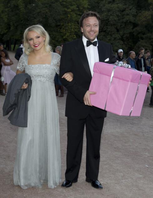 PAR: Lene Marlin er forlovet med skuespiller Kåre Conradi. Her er paret på vei inn til Märtha Louises 40-årslag på Slottet i 2011. Foto: Stella Pictures