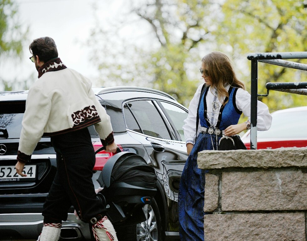 DÅPSDAGEN: Den stolte moren var iført sin flotte sognebunad, mens far var iført bunad fra Øst-Telemark.