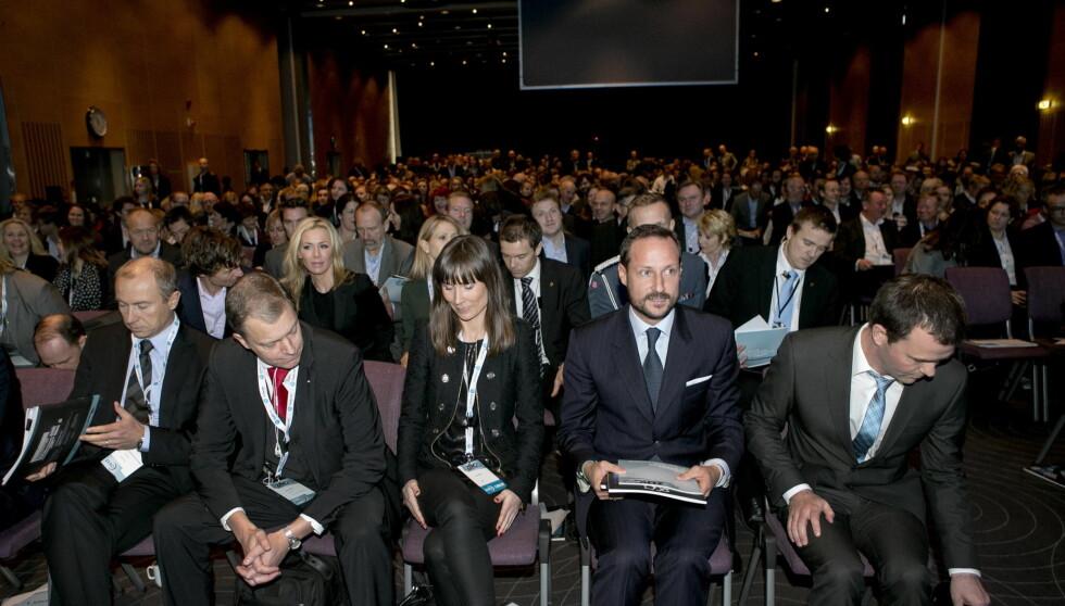 ENGASJERT: Kronprins Haakon satt på første rad under åpningen av ZERO12. Bak ham kan vi skimte miljøentusiastene Gunhild og Petter Stordalen.. Foto: NTB scanpix