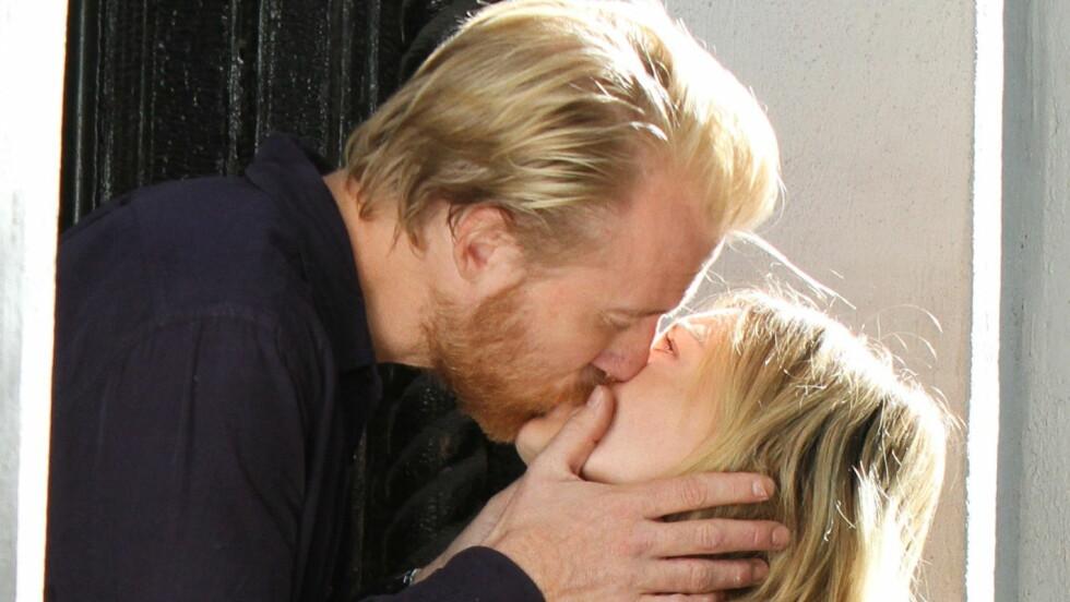 VEKKER OPPSIKT: Ikke alle kjente igjen Thorbjørn Harr, da han kysset Hollywoodstjernen Hilary Duff foran TV-kameraene på New York-settet til den nye serien «Younger» Foto: All Over Press