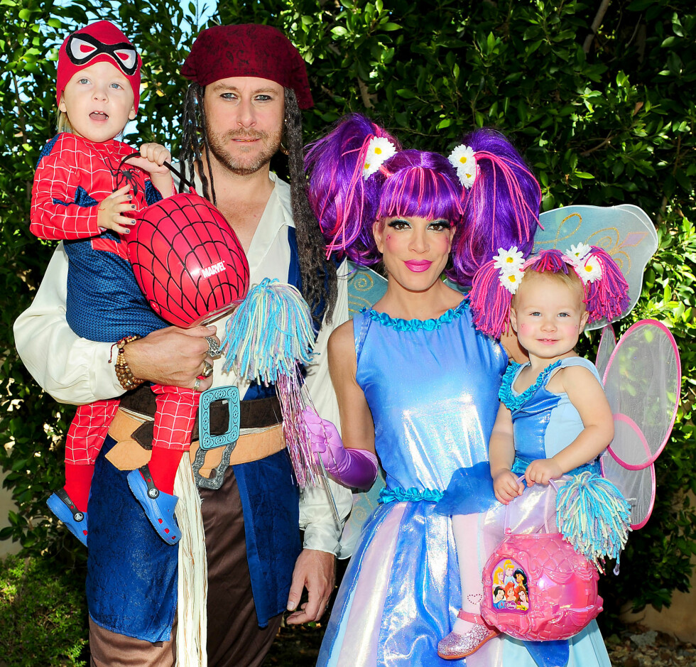 SJØRØVERE: Realitystjernene Tori Spelling, Dean McDermott og deres barn Liam og Stella stilte i disse søte piratkostymene i 2009. Foto: ALL OVER PRESS