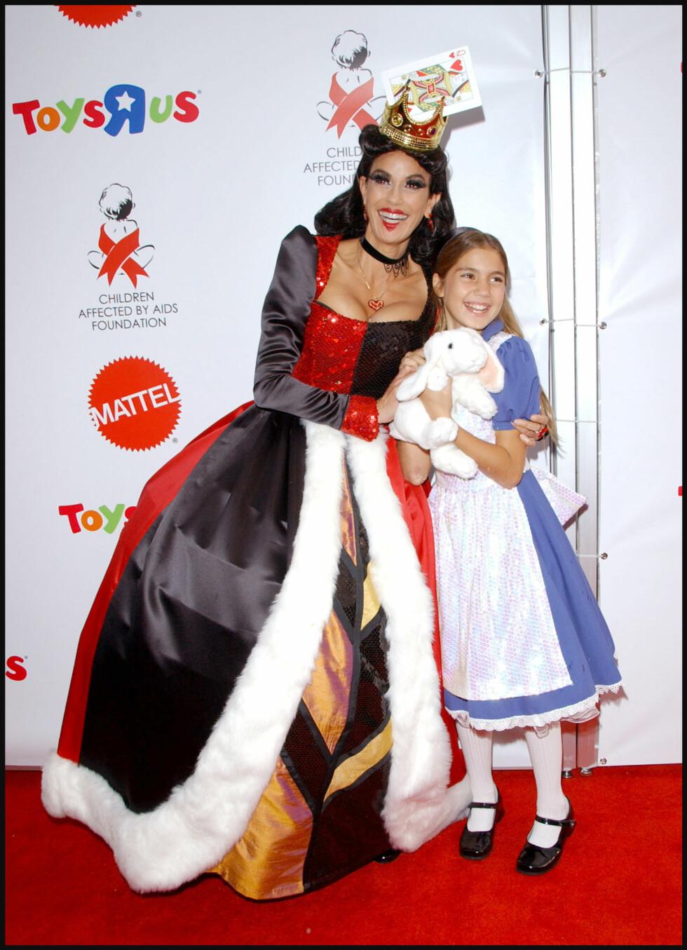 DISNEY-KOSTYME: «Frustrerte fruer»-stjernen Teri Hatcher og hennes datter Emerson Rose  trollbandt alle med sine kostymer i 2007. Foto: Stella Pictures