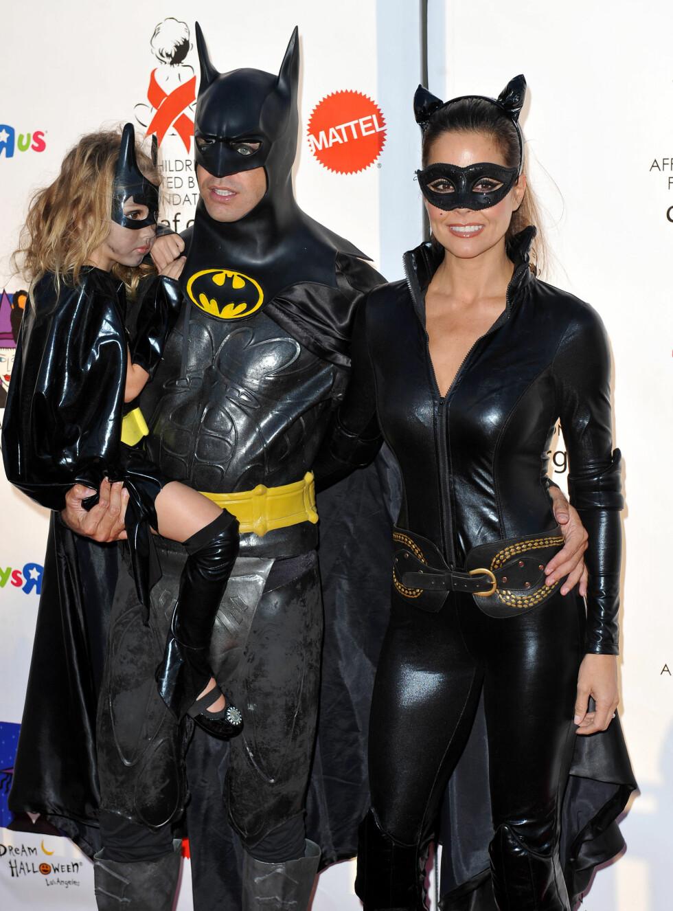 BATMAN: Modellen Brooke Burke og skuespiller David Charvet kom som Batman og Catwoman på Halloweenfest i 2010. De hadde med seg datteren Heaven Rain. Foto: Stella Pictures