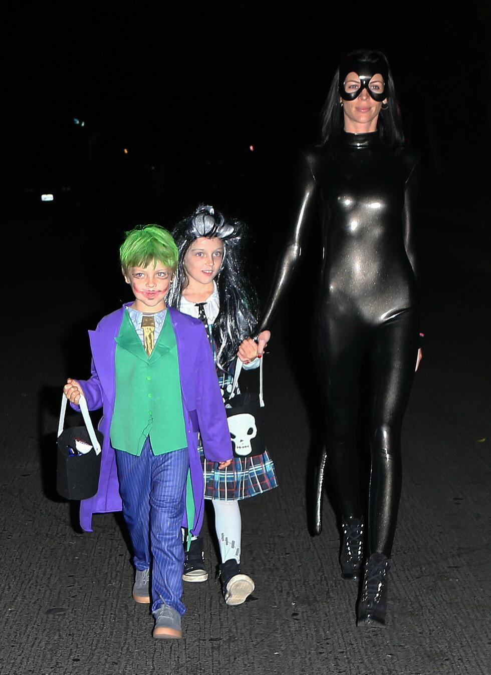 KREATIV: Også modellen Liberty Ross valgte Catwoman som inspirasjonskilde i 2012. Her er hun med barna Skyla og Tennyson Ross. Foto: FameFlynet
