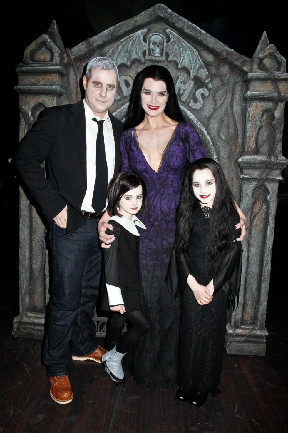 IHERDIG INNSATS: Brooke Shields med ektemannen Chris Henchy og døtrene Rowan og Grier som «The Addams Family» under Halloween-feiringen i 2011. Foto: All Over Press