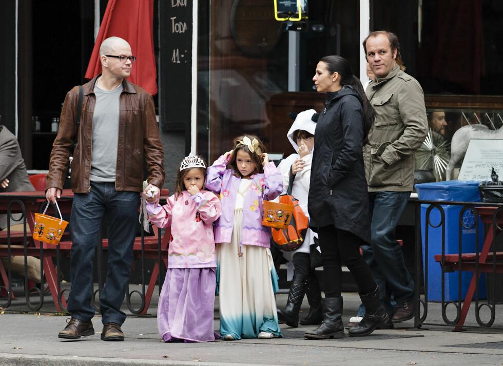 FAMILIE PÅ TUR: Matt Damon med kona Luciana Barroso og døtrene Isabella Damon, Gia Damon og  Stella Damon i 2012. Foto: All Over Press