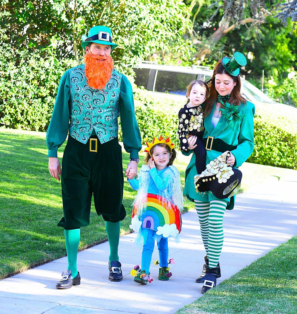 PÅ TUR: «How I Met Your Mother»-stjernen Alyson Hannigan og ektemannen Alexis Denis kledde seg som irske leprechauner da de tok med  barna Satyana og Keeva Halloween-tur i nabolaget i 2013. Foto: All Over Press