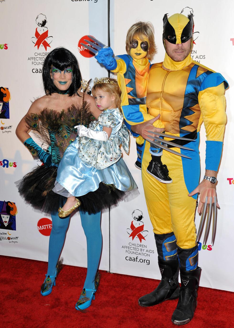 SUPERHELTER: Tori Spelling og ektemannen Dean McDermott med barna Liam og Stella under Halloweenfeiringen i 2010. Foto: Stella Pictures